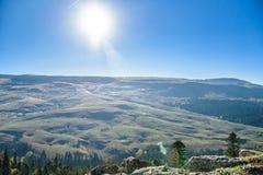 Det härliga berglandskapet med vaggar och dimma royaltyfria foton