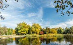 Det härliga dammet i staden parkerar på en solig nedgångdag Arkivbilder