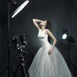 det härliga fotoet poserar studiokvinnan Arkivfoton