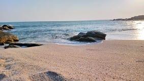 Det härliga havet vinkar på kanyakumarien india arkivfoto