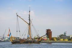 Det härliga holländska seglingskeppet seglar under SEGLAR Amsterdam 2015 Arkivfoton