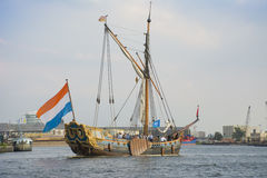 Det härliga holländska seglingskeppet seglar under SEGLAR Amsterdam 2015 Arkivbilder