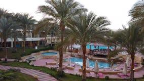 Det härliga hotellet i Egypten, med gömma i handflatan och waterpoolen stock video