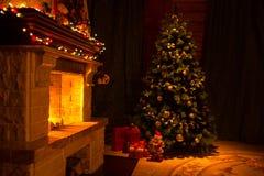 Det härliga huset dekorerade för jul som var inre med spisen arkivfoto