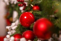 Det härliga julpäls-trädet dekorerade med leksaker för ` s för det nya året royaltyfria bilder