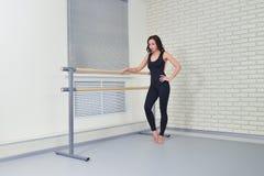Det härliga kvinnadansareanseendet kopplade av den nya near barren på balettdansstudion Fotografering för Bildbyråer