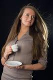 Det härliga kvinnainnehav kuper av kaffe arkivbild