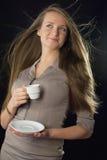 Det härliga kvinnainnehav kuper av kaffe arkivbilder