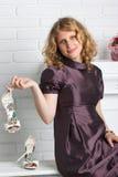 Det härliga kvinnainnehavet hög-heeled skor Arkivbild