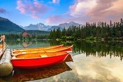 Det härliga landskapet öppnar från sjön Royaltyfria Foton