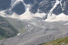 Det härliga landskapet av de Kaukasus bergen Arkivfoto