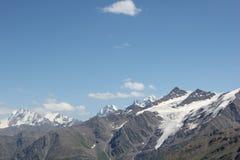 Det härliga landskapet av de Kaukasus bergen Royaltyfria Bilder