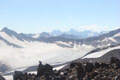 Det härliga landskapet av de Kaukasus bergen Arkivfoton