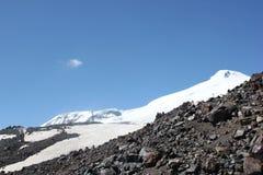 Det härliga landskapet av de Kaukasus bergen Royaltyfri Bild