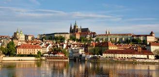Det härliga landskapet av den gamla staden och Hradcanyen (Prague arkivbild