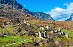 Det härliga landskapet av Egikal forntida torn och fördärvar i Ingush Arkivbilder