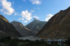 Det härliga landskapet av det Karakorum berget i sommar, Laila Peak och den Gondogoro glaciären Khuspang campar, K2 treken, Pakis royaltyfri fotografi