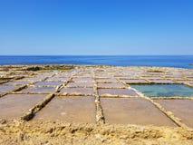 Det härliga landskapet av saltar extraktion i rosa och blå färg på den Gozo ön, Malta arkivbild