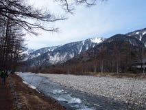 Det härliga landskapet med det snöig berget och sand packar ihop Royaltyfria Bilder