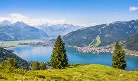 Det härliga landskapet med fjällängar och i Zell f.m. ser, Österrike Arkivbild