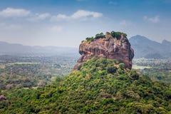 Det härliga landskapet med sikter av Sigiriyaen vaggar eller Lion Rock från det angränsande berget Pidurangala, Dambula, Sri Lank royaltyfria foton