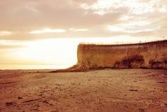 Det härliga landskapet med vaggar på kusten Royaltyfri Bild