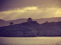 Det härliga landskapet, vaggar kusten och det lugna havet royaltyfri bild