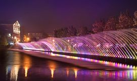 Det härliga magiska landskapet med den färgrika springbrunnen sprutar ut på wen Royaltyfria Foton