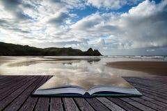 Det härliga morgonlandskapet för blå himmel över sandiga tre klippor skäller Arkivfoton