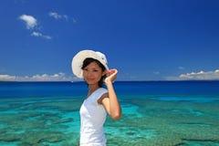 Det härliga Okinawan havet och kvinnan royaltyfria bilder