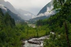 Det härliga panorama- berget och floden landskap norr Kaukasus Arkivfoto