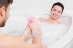 Det härliga paret tar ett bad Arkivfoton