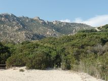 Det härliga Sardinian landskapet på en solig dag fotografering för bildbyråer