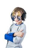 Det härliga stilfulla barnet som bär stor yrkesmässig hörlurar och roliga exponeringsglas, lyssnar till musik Royaltyfri Fotografi