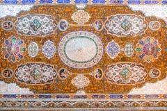 Det härliga taket av det Qavam huset eller Narenjestanen e Ghavam som förskönas med spegeltegelplattor, arbetar och trämålning Sh fotografering för bildbyråer