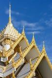 Det härliga tempeltaket och den blåa himlen i Thailand arkivbild