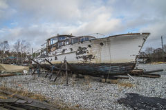 Det härliga träfartyget är förfallet Arkivfoton