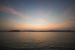 Det härliga tropiska havet med krusningen vinkar i solnedgång Royaltyfria Bilder
