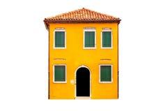 Det härliga vibrerande gula färgrika huset i Burano, nära Venedig i Italien isolerade på vit bakgrund arkivbild