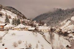 Det härliga vinterberg landskap De rumänska Carpathiansna Arkivbild