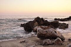 Det hårt vaggar med havet Royaltyfria Foton