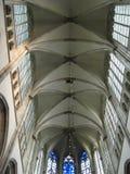 Det höga taket och de bästa fönstren inom Domkerken i Utrecht, Nederländerna royaltyfria foton