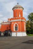 Det högra av ett par av torn på den huvudsakliga ingången in i komplexet av den Petroff slotten, Moskva, Ryssland royaltyfria foton