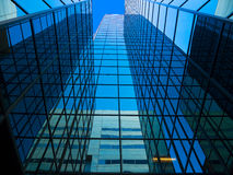 Det högväxt spegelförsedda kontoret står hög Arkivbild