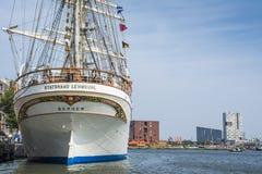 Det högväxta skeppet Statsraad Lehmkuhl förtöjas på kajen i Amsterdam under seglar 2015 Royaltyfria Foton