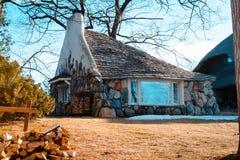 Det halva huset en greve Young Mushroom House i Charlevoix Michigan Arkivfoton