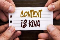 Det handskrivna innehållet för textteckenvisningen är konungen Affärsidé för online-informationsledning om marknadsföring med cms arkivbild