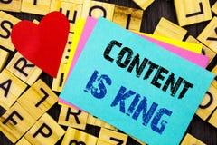 Det handskrivna textvisninginnehållet är konungen Ledning för information om marknadsföring för begreppsmässigt foto online-med s royaltyfri fotografi
