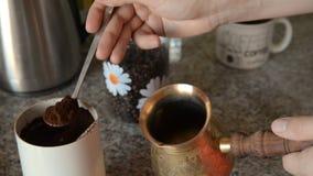 Det hem- kaffet i tabell stock video