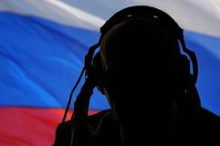 Det hemliga medlet råka få höra konversation, rysk spion arkivbilder